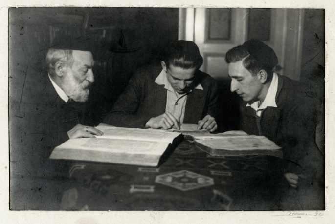 El rabino Iosef Cohn estudiando el Talmud con sus nietos Leo y Haim en Hamburgo, alrededor de 1932. Crédito: Museo Conmemorativo del Holocausto de los Estados Unidos, cortesía de Noemi Cassutto.
