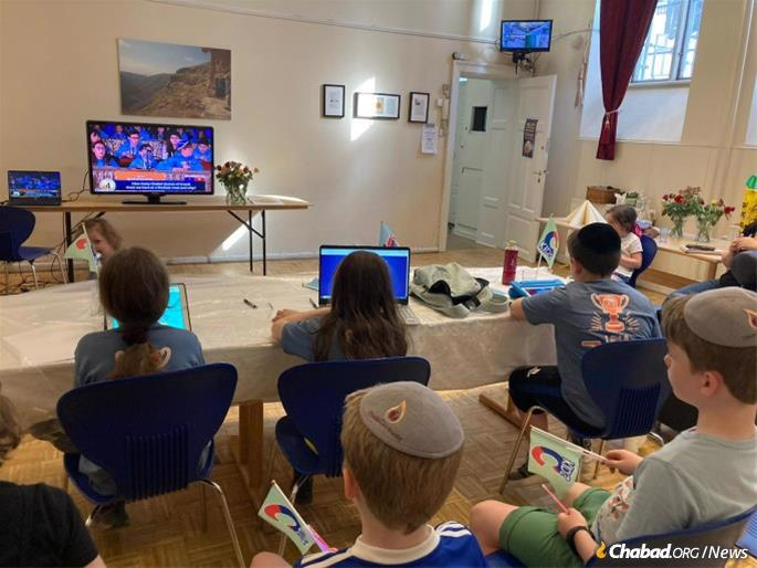 Hundreds of CKids participants at Chabad centers across the globe joined the live stream, hosting watch parties back at home with popcorn, flags and party favors. (Photo: Itzik Roitman/CKids)