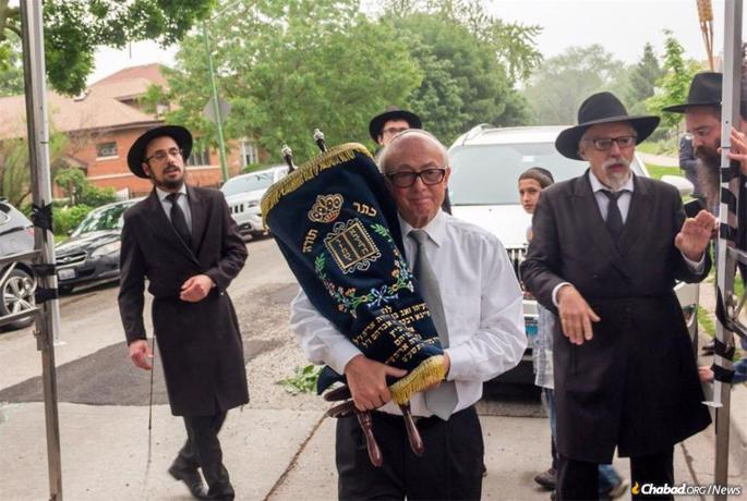 Leon Oliwkowicz donated a Torah scroll in 2019 to the Lubavitch Mesivta (High School) of Chicago.