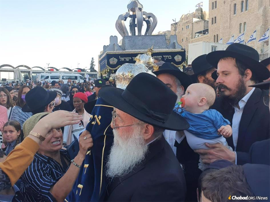 Thousands turned out at the Kotel in Jerusalem for the completion of the seventh Children's Sefer Torah. (Photo: Yaakov Ort/Chabad.org)