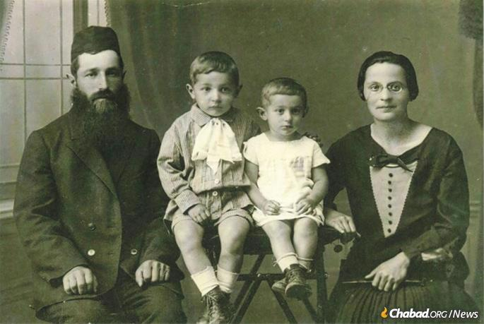 Young Mendel Aronow in the early 1930s with his parents, Rabbi Yehoshua Zelik and Chava Aranow, and his sister, Rivkah (Tzietlin).