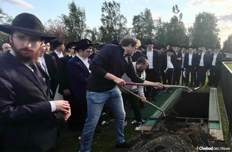Rabbi Levi Glitsenstein, left, at the funeral of Jules Claven.