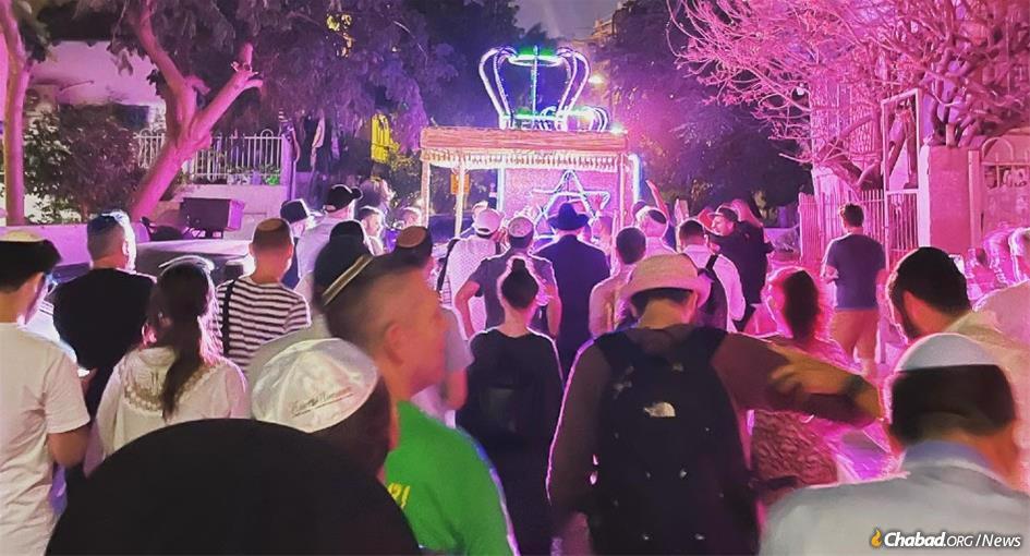 Celebrants dance through the streets of Tel Aviv with Chabad on the Coast's new Torah scroll. (Photo: Avi Noo)