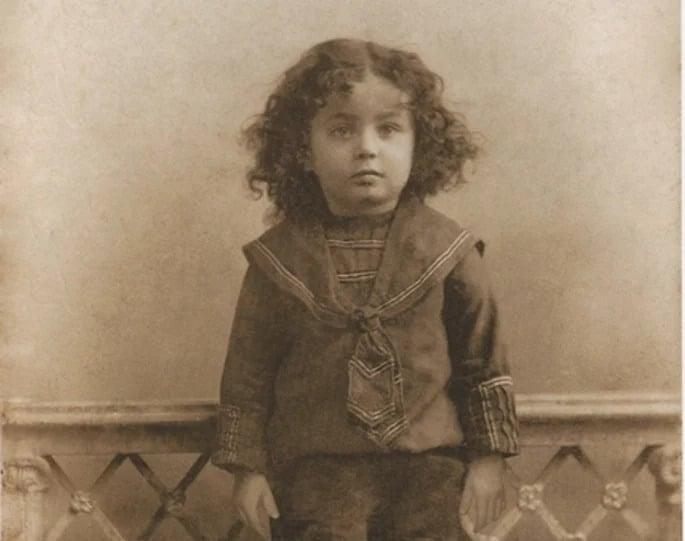 O Sétimo Lubavitcher Rebe, Rabi Menachem Mendel, de abençoada memória, retratado aqui antes de seu terceiro aniversário