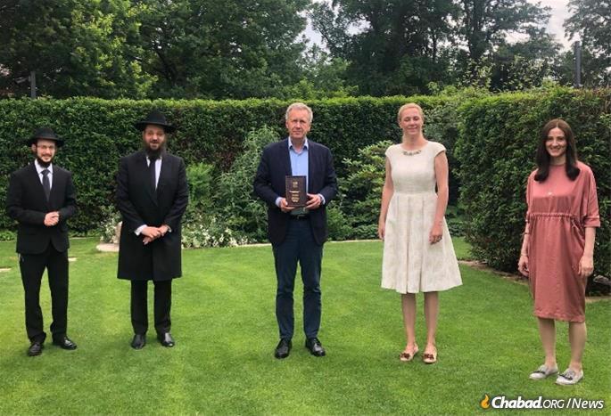 L to R.: Rabbi Levi Gotlieb of Chabad of Hanover, Rabbi Yehudah Teichtal, Rabbi of the Jewish community of Berlin, former German President, Christian Wulff, Bettina Wulff, and Shterna Wolff at the Wulff home.