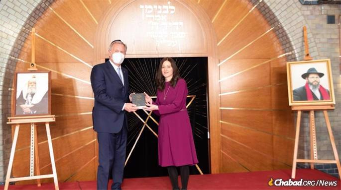 Shterna Wolff at the opening event for Beit Binyomin, the Chabad Center in Hanover, Germany with former president of Germany, Christian Wulff. (Credit: © Armin Levy | Raawi Juedisches Magazin)