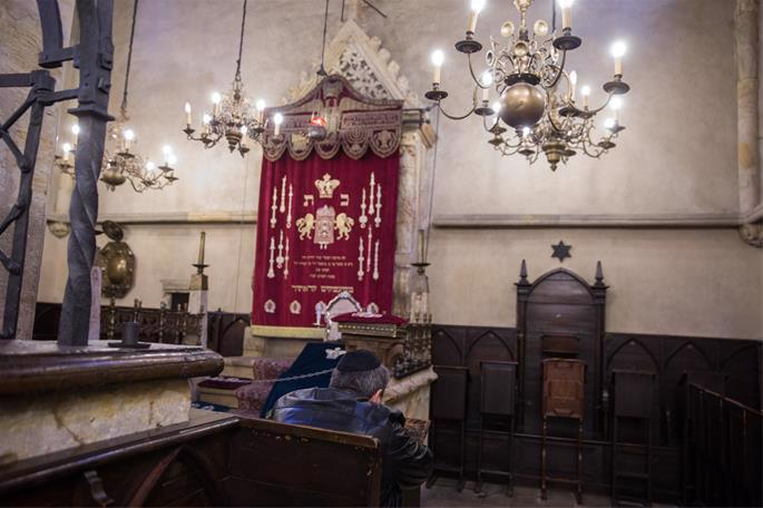 Perto da Arca Sagrada, pode-se ver o assento do Maharal, que permanece isolado. (Foto: Noam Revkin Fenton / FLASH90).