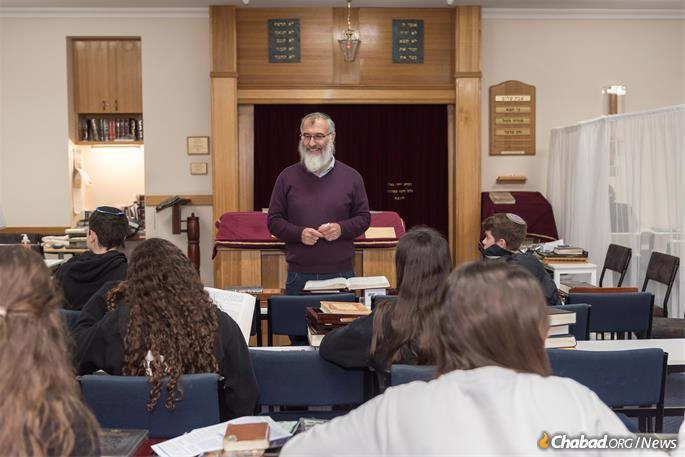 A seasoned educator, Rabbi Justice Solomon teaches a class at the Perth cheder. (Photo: Donnay Zulberg Photography - Perth, Australia)