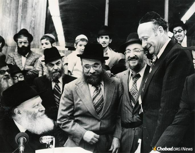 L-R: The Rebbe, Mendel Shemtov, Rabbi Shmuel Fogelman, and New York Mayor Ed Koch at a farbrengen gathering at 770 Eastern Parkway in Crown Heights. (Photo: Fogelman family collection)