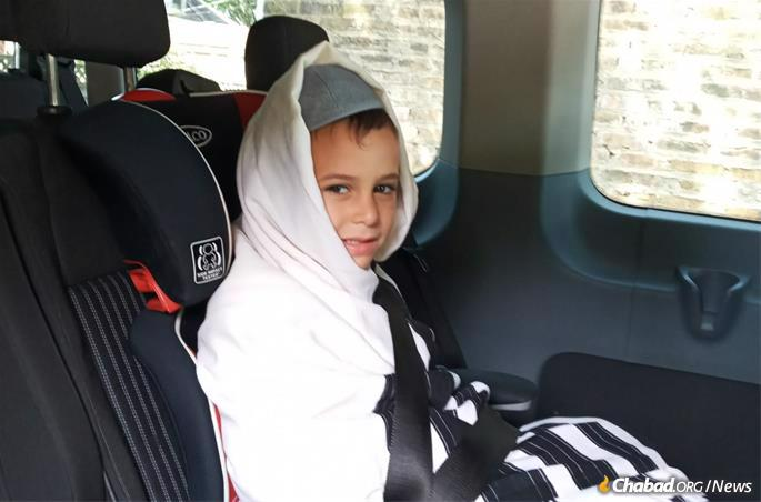 """Dov Ber Posner, 4, on his way to the """"areinfirenish."""""""