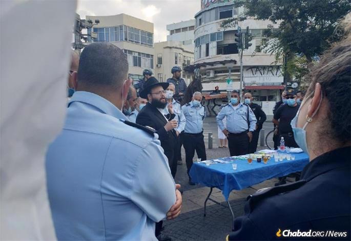 Rabbi Shaye Gerlitzky at a pre-Rosh Hashanah event with senior police commanders in Tel Aviv-Yafo.