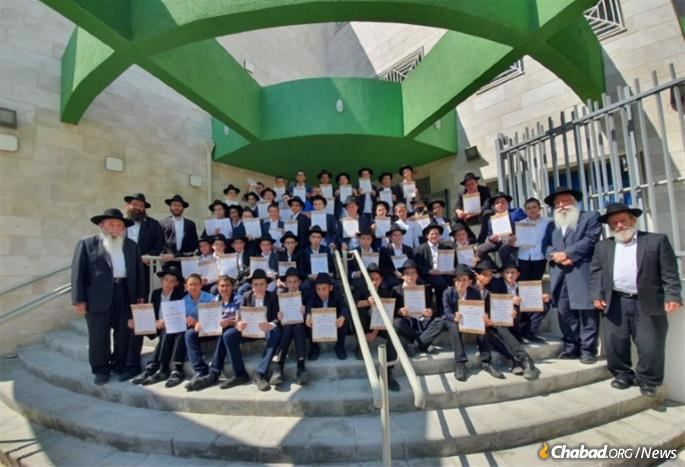 Fifty yeshivah students from Kfar Chabad joined rabbis, students and voluteers in Tel Aviv to blow shofar for 32,000 people at 150 sites during the two days of the holiday.