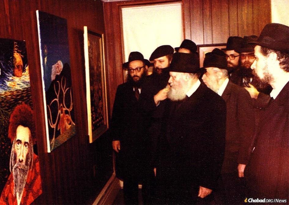 The Rebbe views Boruch Nachshon's artwork displayed at Chabad-Lubavitch World Headquarters in 1979. (Photo: Nachshonart.com)