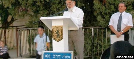 Yaakov Shneur, a representative of the Jerusalem municipality, listens as Avraham Neimark, nephew of the deceased Rabbi Eliezer Nanas, tells of the self-sacrifice of his uncle and aunt Reizel as Jews in Soviet Union.