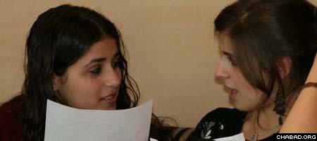 Teens discuss their Torah lessons at Bais Chana Thanksgiving retreat