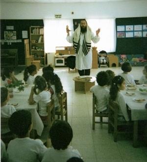 ר' מיכאל רייניץ מסביר לילדים על השופר