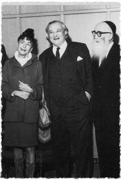Lipchitz (au centre), sa femme Yulla et l'artiste 'hassidique Hendel Lieberman à l'exposition d'art 'hassidique à Détroit, Michigan