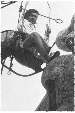 Lipchitz pendant la réalisation de l'une de ses sculptures, à sa villa de l'île de Capri, Italie