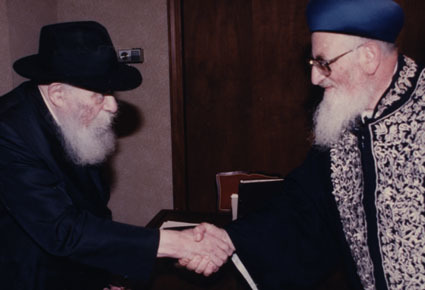 The Rebbe greets Rabbi Eliyahu when he arrives at what was to be their last meeting, in 1992 (Photo: Chaim Baruch Halberstam/Jewish Educational Media)