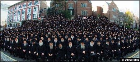 """משתתפי כינוס השלוחים העולמי בתמונה קבוצתית בחזית """"770"""", מרכז חב""""ד העולמי (צילום: ישראל ברדוגו)"""