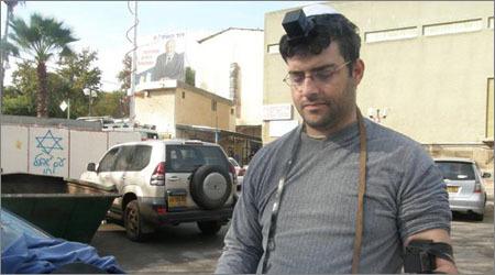 """הנחת תפילין על רקע הכיתובית """"עם ישראל חי""""! (התמונות מאתר חב""""ד שדרות)"""