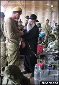 Throughout the war, Chabad-Lubavitch emissaries and rabbinical students have been visiting soldiers amassed at locations surrounding the Gaza Strip. (Photo: Israelhomefront.org)