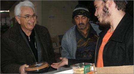 """פעילי בית חב""""ד מחלקים מצרכי מזון לקשישים"""
