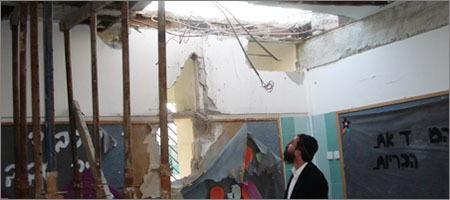 """הרב מנחם קוטנר, ממטה צעירי חב""""ד למען נפגעי הטרור, בוחן את הנזק שנגרם כתוצאה מנפילת רקטה"""