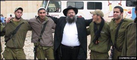 """הרב משה זאב פיזם, שליח חב""""ד בשדרות, רוקד עם חיילי צה""""ל היוצאים לחזית"""