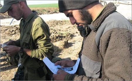 למכתב האישי ניתן לצרף גם תמונה. חייל קורא מכתב של ילד