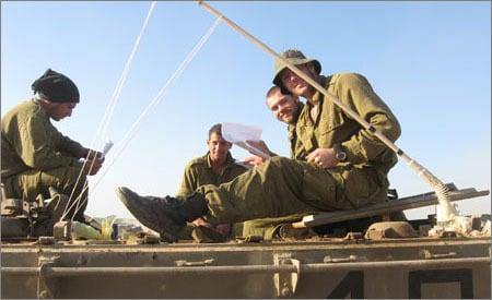 החיילים שמחים לראות שמישהו חשב עליהם במרחק אלפי קילומטרים
