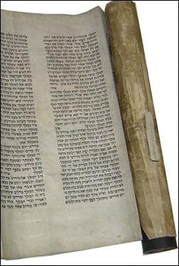 Un rouleau d'Esther écrit de la main de Rabbi Chmouel (crédit photo Agudas Chassidei Chabad Lubavitch Library/Kehot)