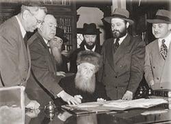 Cérémonie d'acquisition de la citoyenneté américaine. A ses côtés, son gendre, le futur Rabbi de Loubavitch.