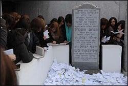 """שלוחות חב""""ד בכינוס העולמי משתטחות על קברו של הרבי מליובאוויטש"""