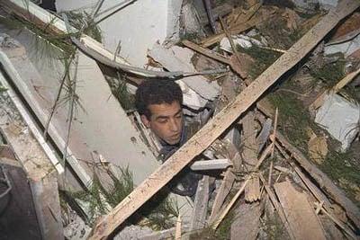 Luego de un golpe directo de un misil SCUD en su casa, un ciudadano israelí emerge de los escombros sin heridas graves.