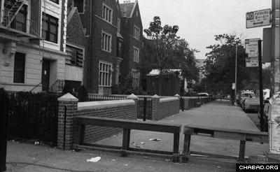 В те дни люди перекрыли пешеходный тротуар перед офисом Ребе, который временно превратился в полностью оборудованную миниатюрную больничную палату. Когда Ребе узнал об этом, он приказал убрать ограждения, чтобы люди могли продолжать свободно ходить по тротуару.