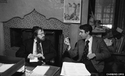 Кардиологи Айра Вайс (Справа) и Луи Тейхольц совещаются в офисе секретариата Ребе.