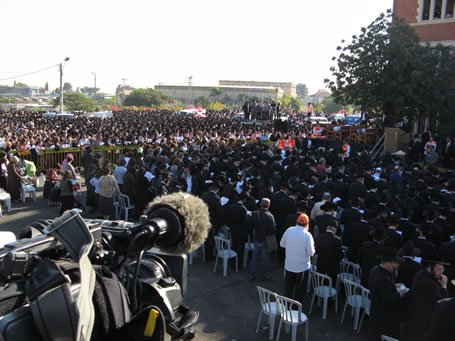 Partial view of the crowd assembled for the funeral in Kfar Chabad.