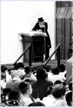 The Rebbe gives a talk to children at Lubavitch World Headquarters