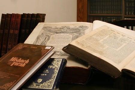 """'משנה תורה' של הרמב""""ם - מהספרים היהודים הנדפסים והחשובים ביותר שנכתבו עלו מאות חיבורים ופירושים. בתמונה: דוגמאות ממהדורות שונות של הספר מתקופות עתיקות ומודרניות."""