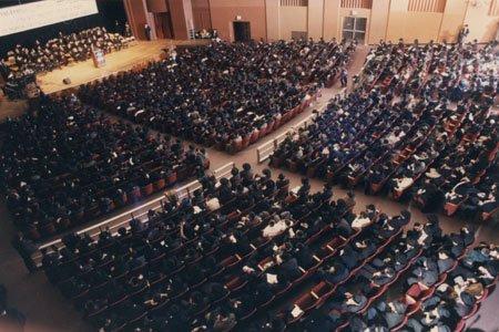 """תמונה מחגיגת סיום לימוד ספר הרמב""""ם בניו יורק."""