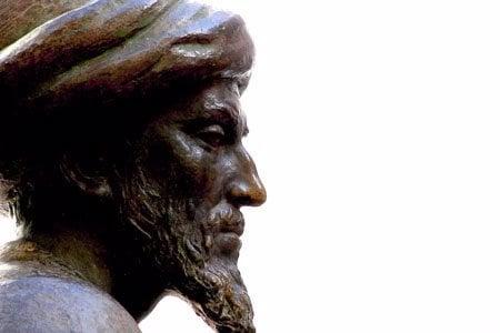 """סל המסמל את דמותו של הרמב""""ם ניצב בקורדובה שבספרד, מקום לידתו של הרמב""""ם. הפסל ממוקם בחצר בית הכנסת היחיד בעיר ששרד את הפרעות במאה ה-13, הפרעות שגרמו למשפחתו של רבי משה להימלט מן העיר."""