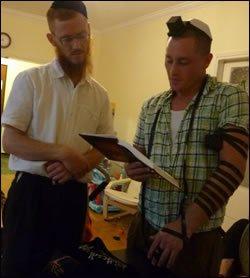 השליח הרב יואל קפלן עם המתאגרף. פגישה לא צפויה שהובילה לגילוי השורשים
