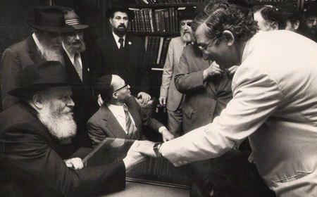 Prime Minister Begin introduces all of his aides, here he introduces Dan Patir. (Photo: Eliyahu Attar/Dan Patir/Kfar Chabad Magazine)