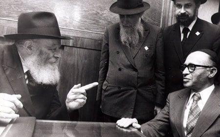 """בתמונה: מנחם בגין נפגש עם הרבי בביקורו בניו-יורק. צילום: אליהו עטר/דן פתיר, ארכיון כפר חב""""ד"""