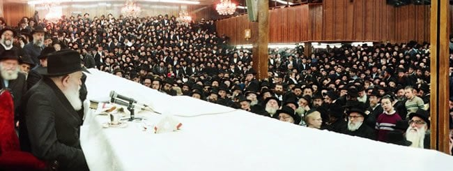 """Le Rabbi de Loubavitch, parlant lors d'un Farbrengen au """"770"""""""