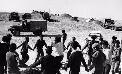 Des soldats de Tsahal dansant dans le déserts avec des 'Habadniks. (Photo: The Menachem Wolff Collection/Lubavitch Archives)