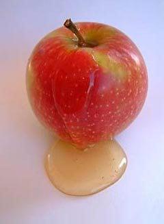 תפוח אדום עם דבש. יש להעדיף תפוח מתוק