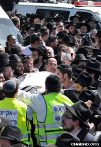Thousands of people attended the burial. (Photo: ZAKA Israel)