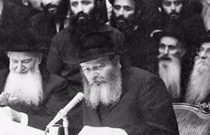 Le Rabbi parlant lors d'un Farbrenguen